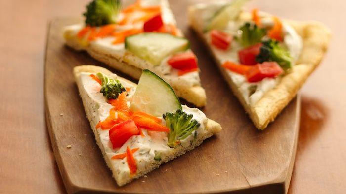 Petite morceau de pain avec crème fromage et legumes en top, idée toast apéro, cool aperitif noel à préparer sur pain toasté
