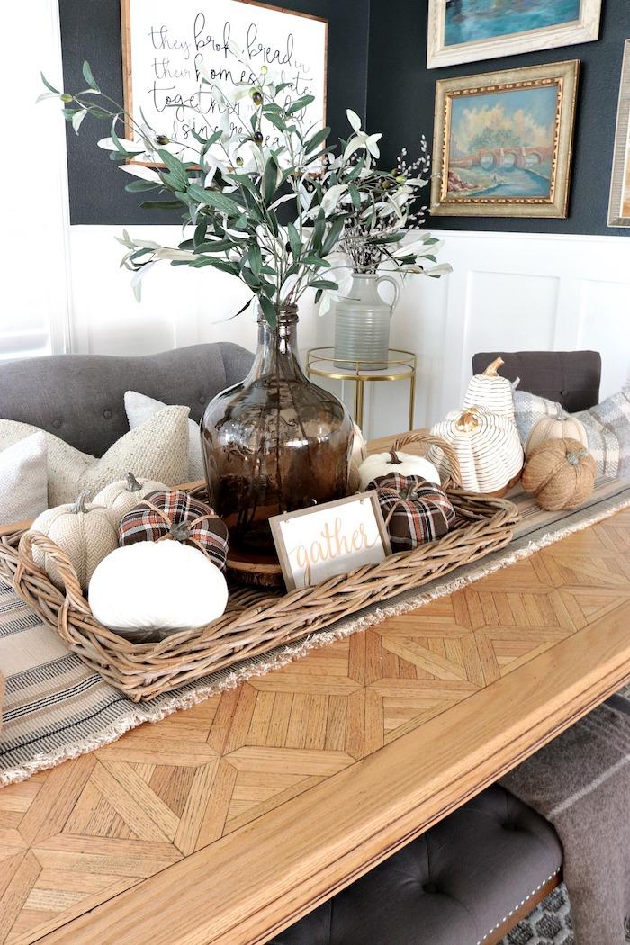 Salon originale déco, table bas longue, bonbonne dame jeanne, dame-jeanne déco parfaite, branche d'olives