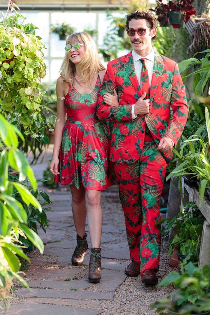 Rouge robe de noël a motif vert feuilles, robe nouvel an et homme en tailleur de meme motif, tenues de fete associés