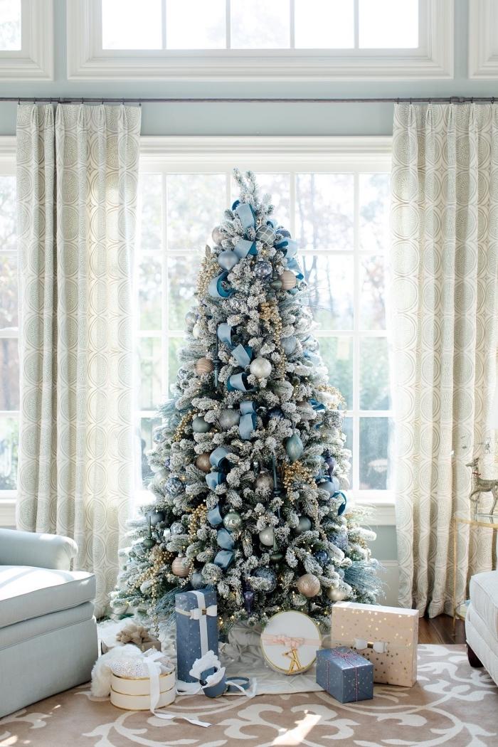 idée comment décorer un arbre de Noel de style bord de mer avec ornements en bleu et argent, deco sapin noel aquatique