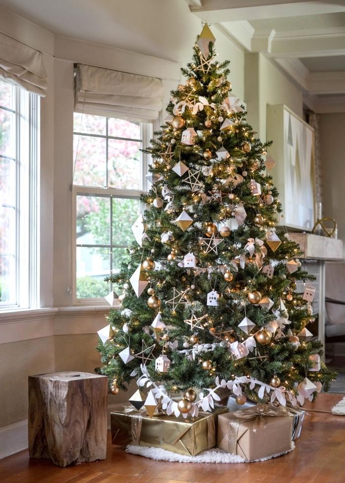 exemple comment décorer un gros arbre de Noël naturel avec guirlande DIY en papier et boules métalliques en or