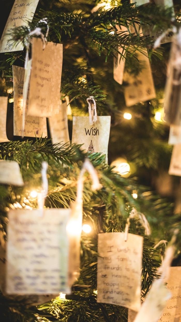 exemple comment decorer un sapin de Noël naturel de style minimaliste avec petits mots en papier recyclé et lampes