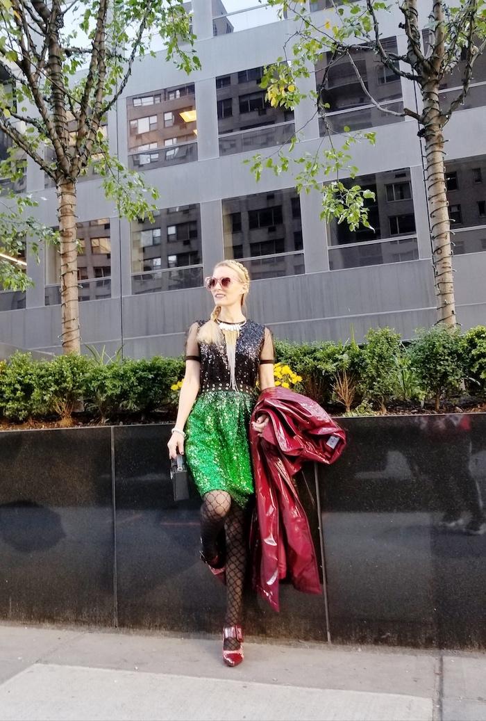 Vert et noir robe pour noel à paillettes, chaussures à talon rouge et manteau longue rouge , image femme tenue robe habillée