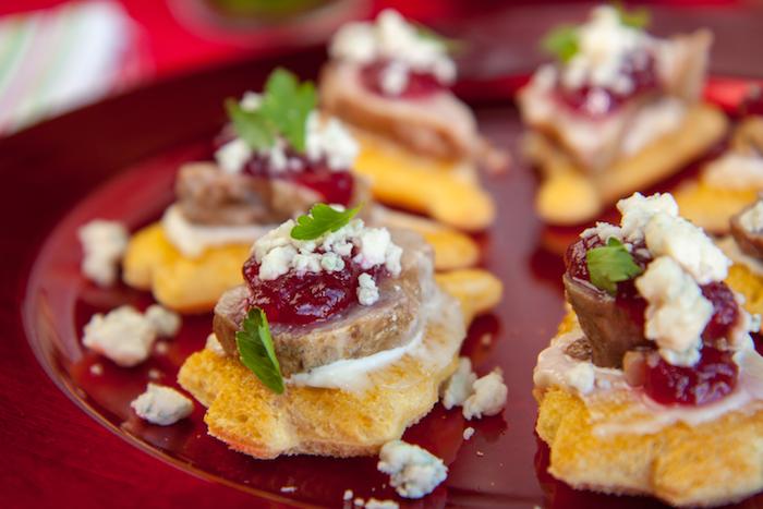 Pain coupé à la forme de sapin de noel, viande avec cranberrie, amuse bouche noel, toast apero végétarien rôtie, aperitif de noel