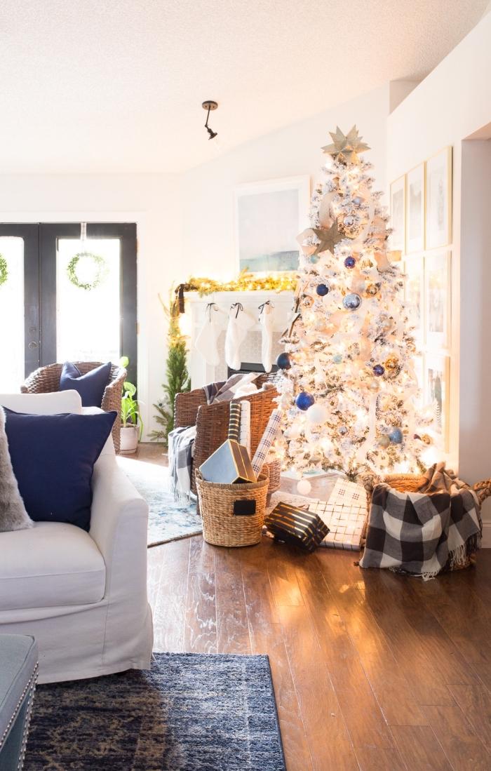 idée quelles couleurs combiner pour la décoration d'un arbre de Noël blanc, idee deco sapin de noel en blanc avec accents en bleu