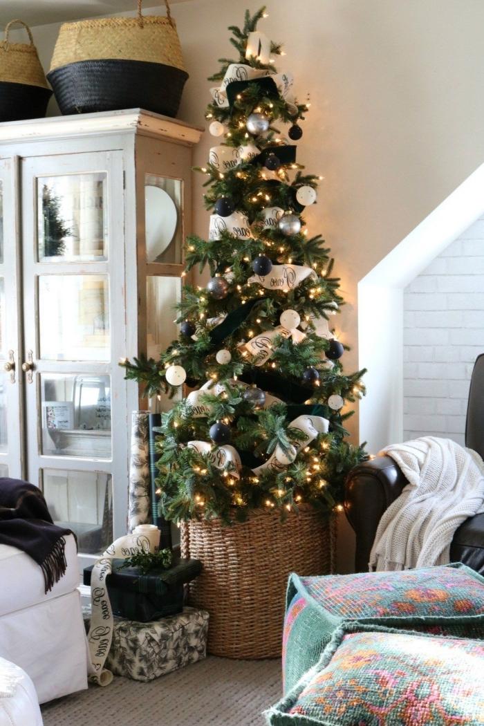 idée comment décorer un sapin de Noël moderne avec ornements en noir mat et boules de nuances métalliques