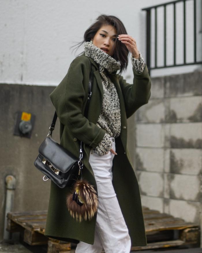 couleurs pour un look tendance d'hiver femme, style casual chic en pantalon taille haute avec pull oversized gris