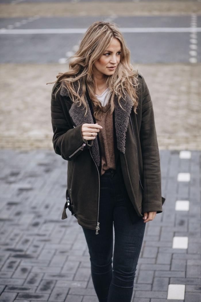 vetement femme tendance, look casual chic femme en pantalon fit noir avec manteau oversize en vert foncé