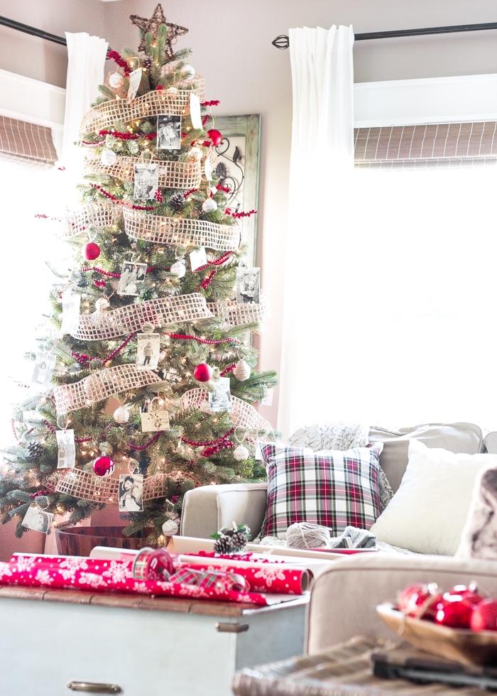 exemple sapin rouge et blanc décoré avec photos blanc et noir, design salon blanc avec meubles en bois et en gris