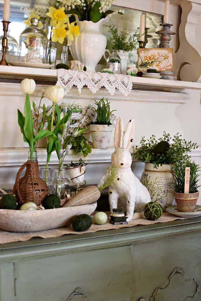 Idée deco de paques a faire soi meme avec recup, créer une belle déco, blanc lapin en céramique, tulipes blanches et jaunes, placard vintage
