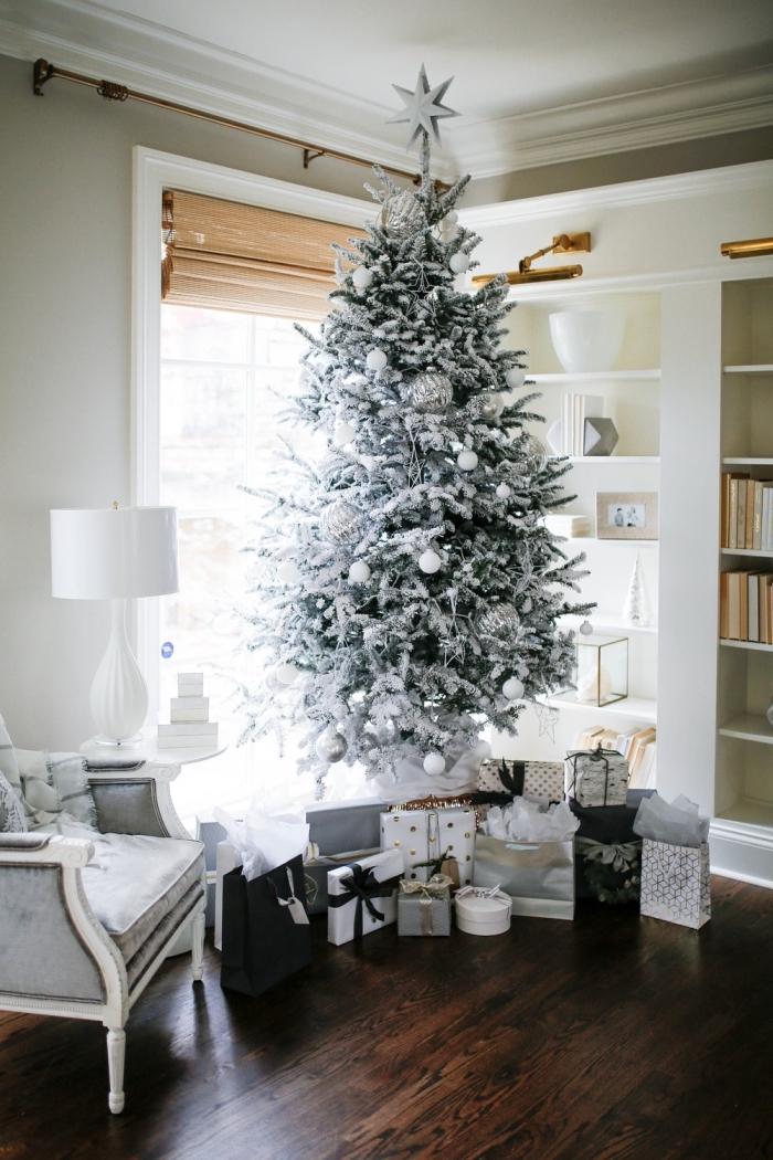 modèle d'arbre de Noël artificiel aux branches blanches décoré avec ornements argentés, idee deco sapin de noel en blanc et argent