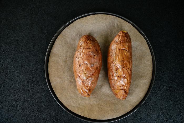 piquer des patates douces et les mettre dans une plaque de four recouvert de papier cuisson, idee comment cuire patates douces