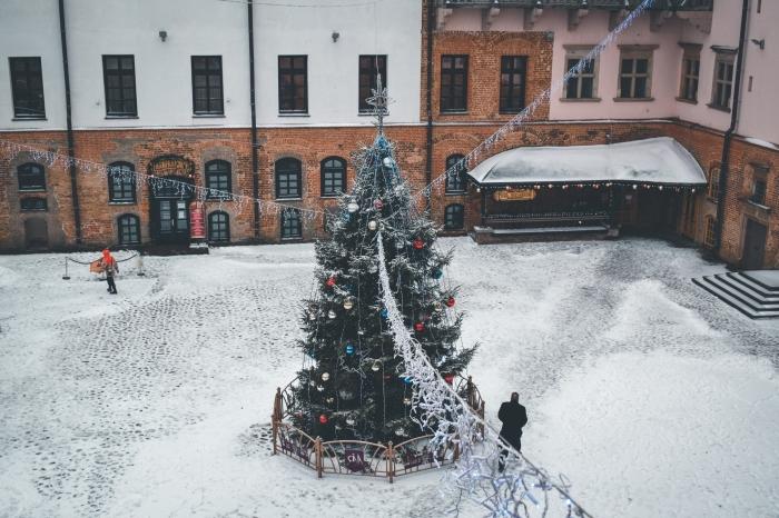 image de joyeux noel pour fond d'écran ordinateur, photographie paysage urbain lors des fêtes de la fin d'année