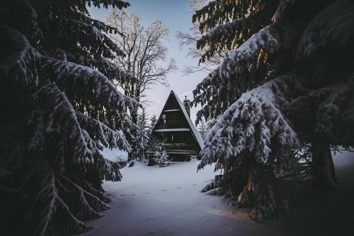 wallpaper gratuit pour ordinateur sur thème hiver et Noël, idée belle image de noel avec un paysage cabane en bois et sapins enneigés