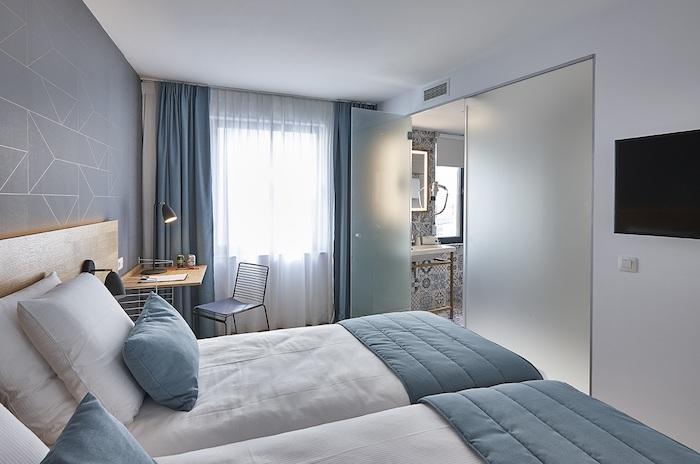 Rideaux bleus couleur taupe clair, décoration chambre grise, mur déco géométrique, idée simple déco