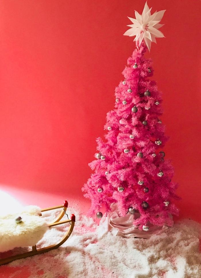 idee deco sapin de noel pour une chambre petite fille avec un arbre de Noël artificiel aux branches roses et ornements rose gold