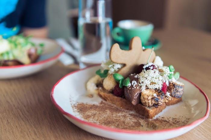 Gouffre garni de glace chocolat et biscuit bonhomme en pain d'épice pour petit dejeuner noel, comment garnir pain grillé noel edition
