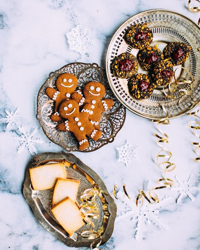 divers types de sablés de noel, idee sablé au beurre et sucre, bonomme en pain d epice, sablé au cacao avec centre de confiture et des pistaches