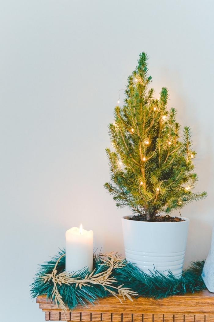 exemple de décoration minimaliste pour Noël dans une pièce blanche aménagée avec meubles en bois, déco tendance noel 2019