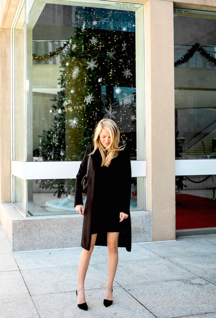 Manteau longue noire et petite robe noire femme tenue de noel, comment s'habiller pour noel femme