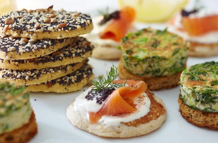 toast de noël, idée toast apéro, garnir le pain avec produit saisonniers, blini avec saumon