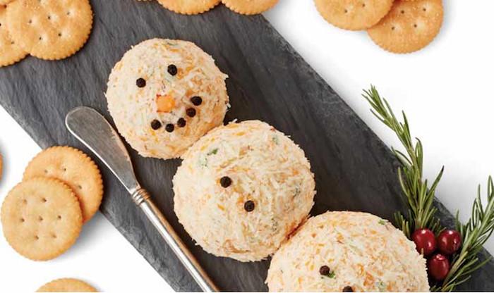 Biscuits et bonhomme de fromage pour amuse-bouches express pour les fêtes, idée savoureuses à croquer