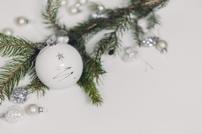 Boules de Noël blanches et accent argenté, photo joyeux noel, joyeux noel image de beauté