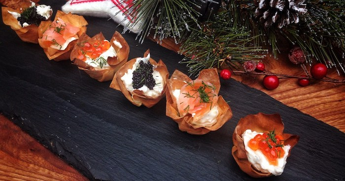 Proschutto basket pleine de fromages et pain en dessous, idee apero noel en toast, amuse bouche apéritif rapide a preparer