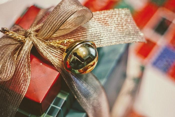 Emballage de cadeaux, rubans dorés photo sapin de noel, image joyeuses fêtes
