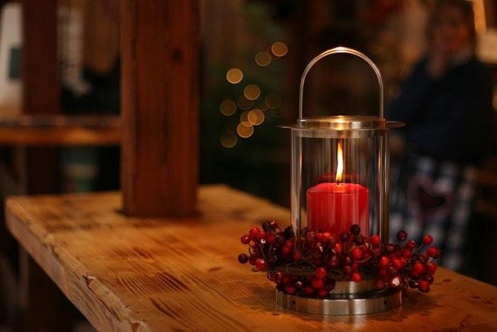 Bougie rouge allumé, déco chambre chaleureuse, image joyeuses fêtes, photo joyeux noel desktop parfait