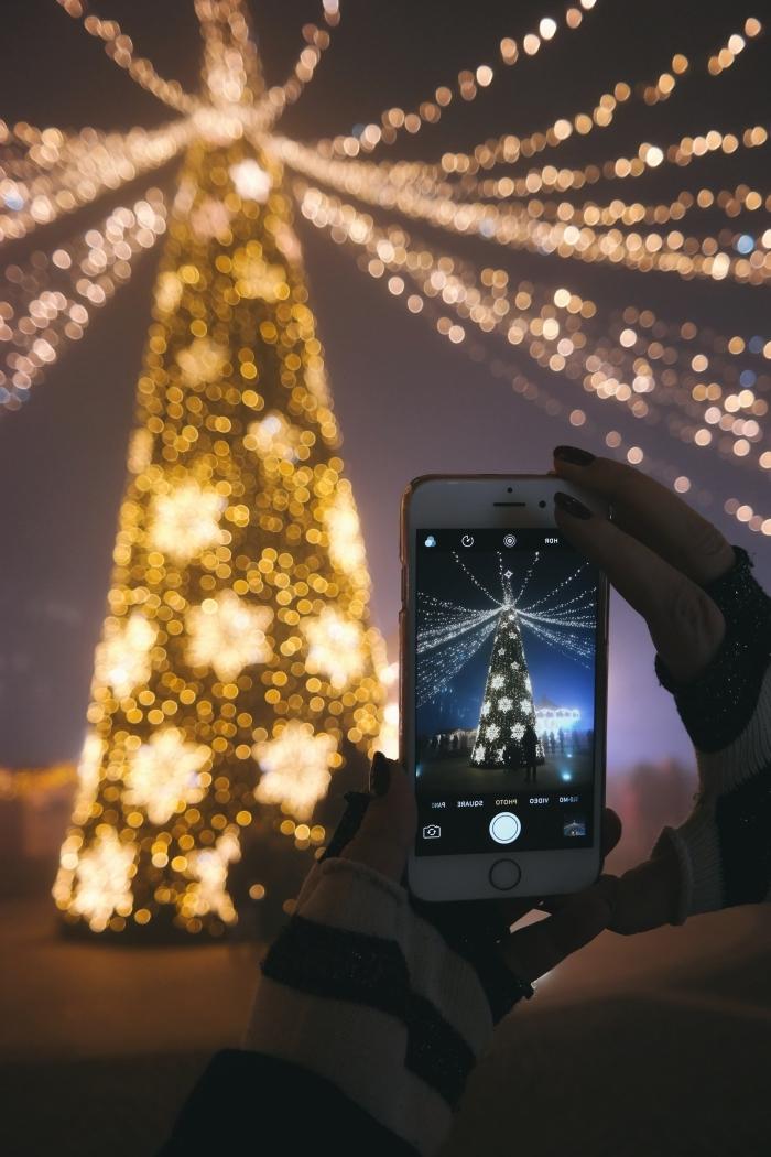 image de sapin de Noël pour fond d'écran smartphone sur thème Noel, wallpaper iphone avec photo de sapin lumineux