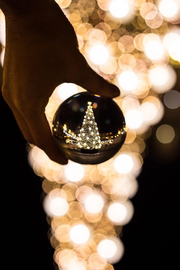 exemple comment prendre une photo macro de nuit, idee deco sapin de noel géant avec guirlandes lumineuses et boules dorées