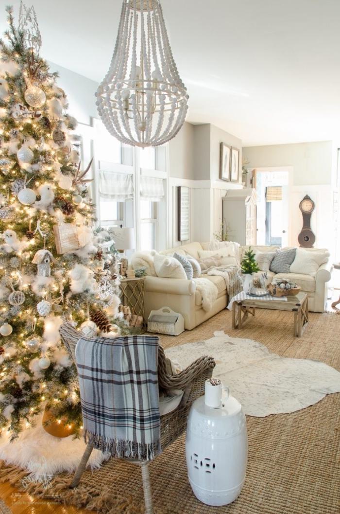 idee deco sapin de noel en blanc et argent, décoration cocooning dans un salon blanc et beige avec gros arbre de Noël