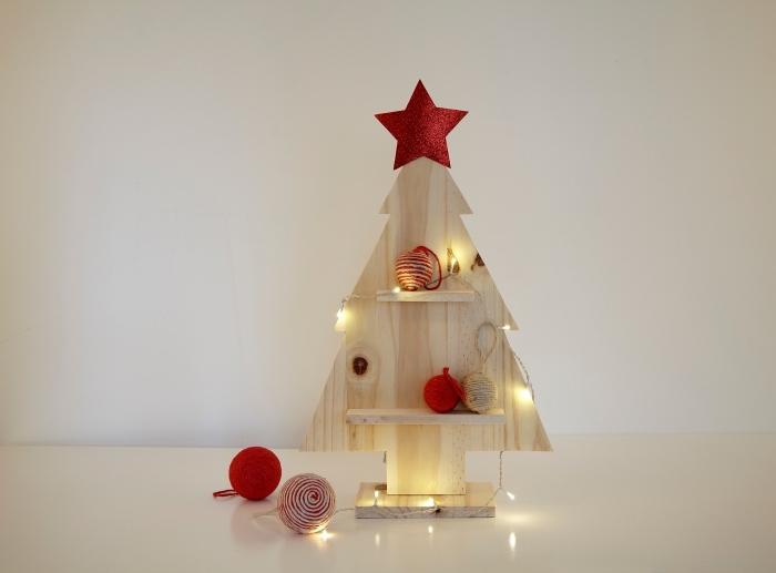 DIY sapin de noel original fait main en morceau de bois découpé en forme de mini arbre de noel et décorés d'objets rouges