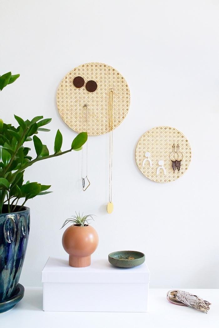 DIY porte bijoux mural à design cercle, décoration chambre moderne et minimaliste avec objets fait main, diy rangement bijoux