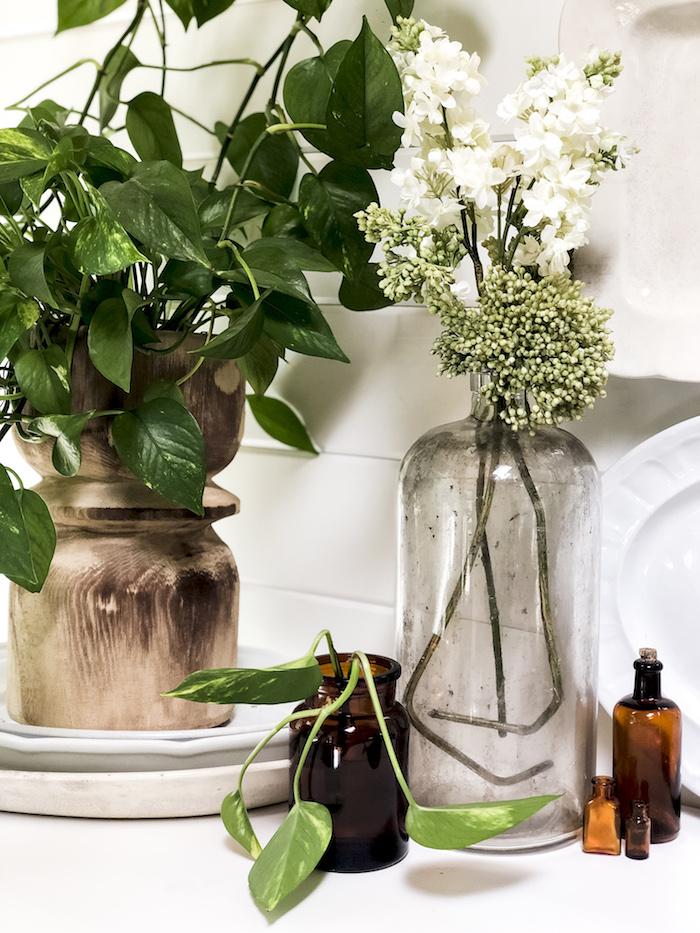 Verts feuilles et branche fleurie diy déco chambre, grand vase deco a poser au sol diy, vase en verre mignon, déco upcycling