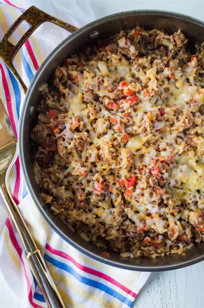 casserole de viande hachée avec des légumes et du fromage en top, recette plat chaud comme idée repas simple de tous les jours