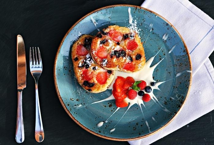 exemple comment présenter un dessert facile dans une assiette moderne de couleur bleu avec bord en or