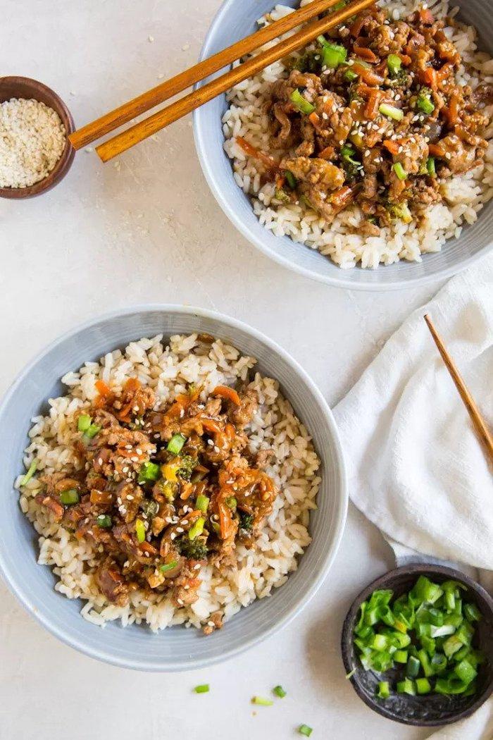 recette facile pour le soir avec de la dinde hachée aux légumes sur canapé de riz avec des oignons verts
