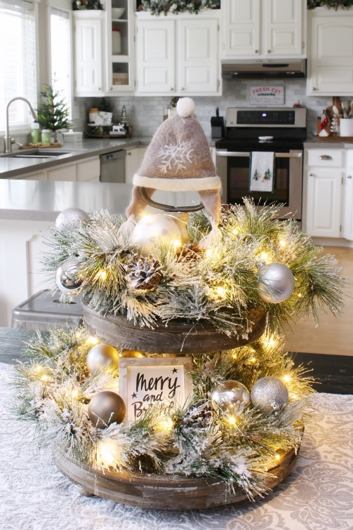 idée de decoration de table de noel a faire soi meme, exemple comment dresser une table de Noël en blanc et argent, décoration de Noël à fabriquer en bois