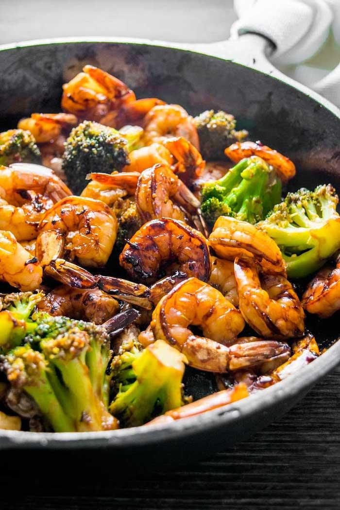recette pour faire des crevettes aux brocolis avec de l ail et du miel, menu équilibré semaine facile pour midi ou soir