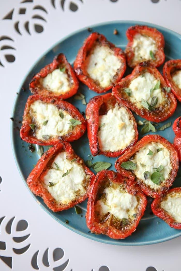 faire des poivrons rouges farcis de fromage chevre et herbes fraiches, entree noel simple amuse bouche facile de noel