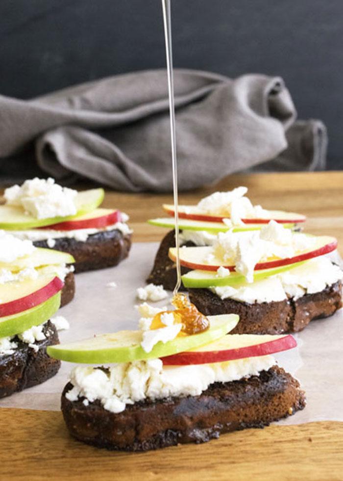 Pommes avec miel sur pain avec fromage, apero dinatoire noel, essayez un aperitif noel facile recette