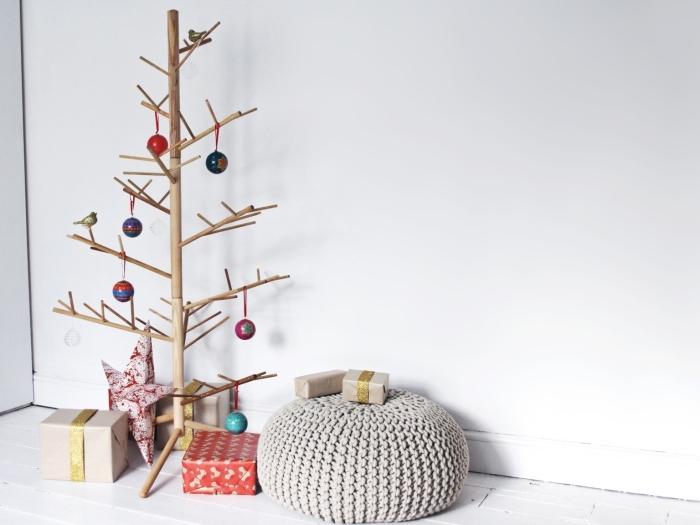 réaliser une deco de noel en bois, décoration chambre à coucher d'enfant de style minimaliste avec sapin diy en goujons de bois