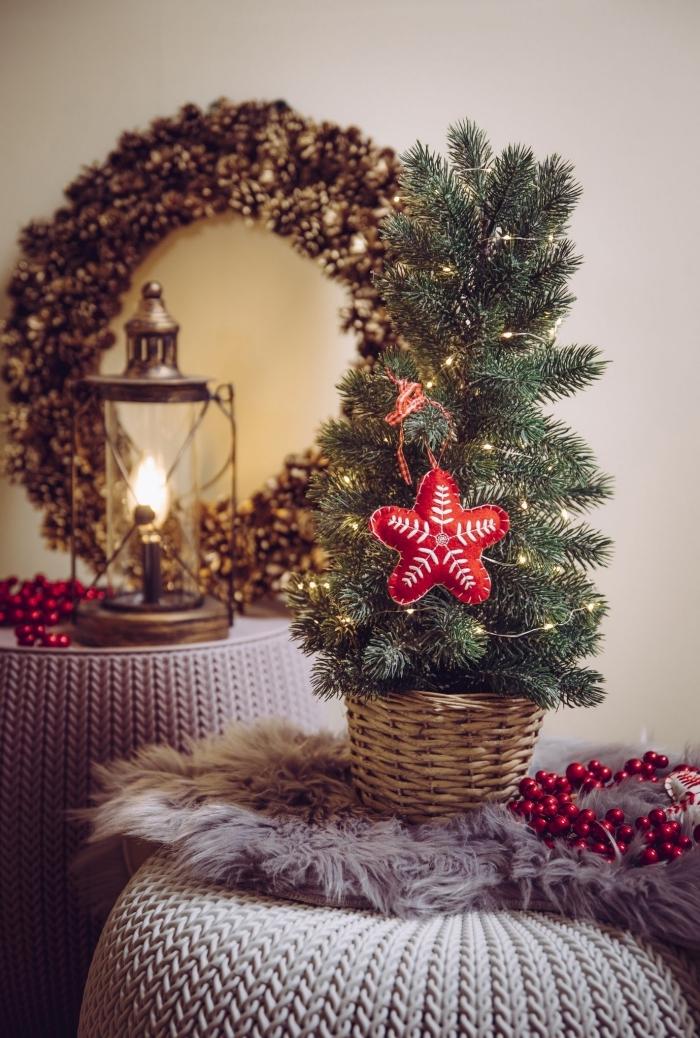 image sapin de noel minimaliste décoré avec chaîne led et étoile rouge en tissu, idée déco festive en gris et or