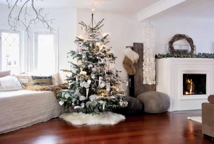 design intérieur de style cocooning dans un salon blanc au parquet foncé avec meubles en marron et gris, deco sapin noel en blanc et gris