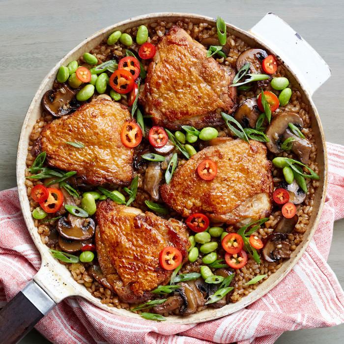 cuisses de poulet au four avec des harcots verts sur canapé de riz br avec du piment rouge haché