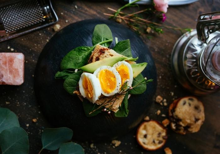 idée comment bien servir ses plats sur une assiette en ardoise, servir ses plats sur une assiette tendance moderne