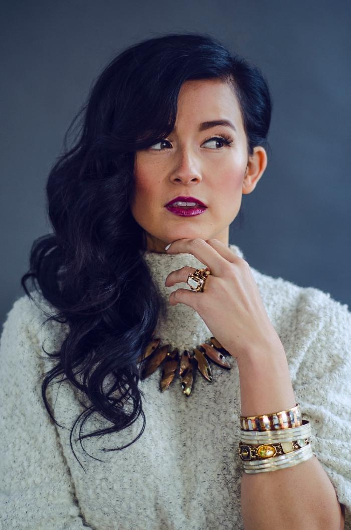 exemple de maquillage soirée femme stylée aux lèvres violet et regard intensifié avec eye-liner noir et mascara faux cils
