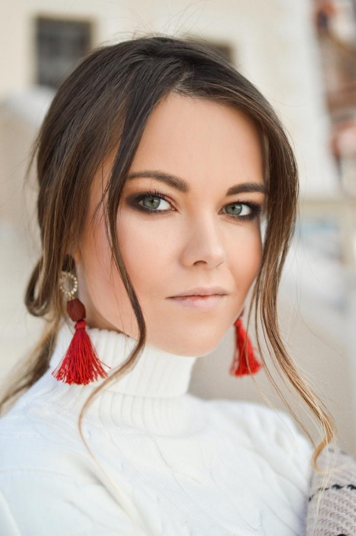 exemple maquillage de fete facile avec fards à paupières dorés et mascara effet faux cils, idée coiffure Noel aux cheveux attachés en chignon avec mèches tombantes